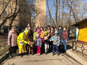 Коллектив детского сада №2055 вместе с воспитанниками и их родителями. Фото: Мария Иванова, «Вечерняя Москва»