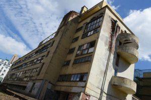Реставраторы демонтировали перегородки вокруг первого этажа Дома Наркомфина. Фото: Владимир Новиков «Вечерняя Москва»