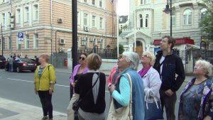 Представитель Молодежной палаты провел экскурсию для пенсионеров. Фото предоставлено Молодежной палатой
