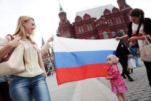 Около 500 плакатов украсят столицу ко Дню российского флага. Фото: Анна Иванцова, «Вечерняя Москва»