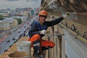 Крыши нескольких жилых домов отремонтируют к концу года в районе. Фото: Александр Кожохин, «Вечерняя Москва»