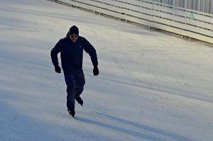 Тренировка по фигурному катанию для жителей столицы старшего возраста прошла в парке «Красная Пресня». Фото: Анна Быкова