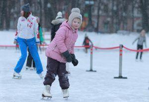 Соревнование по конькобежному спорту организуют на спортивной площадке в районе. Фото: Наталия Нечаева, «Вечерняя Москва»