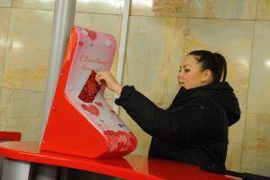 Специальные ящики для отправки валентинок установили на станциях МЦК и метро. Фото: Александр Кожохин, «Вечерняя Москва»