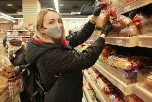 Продукты питания жителям старшего возраста доставили участники Молодежной палаты района. Фото: Наталия Нечаева, «Вечерняя Москва»