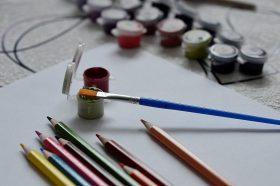 Сотрудники парка «Красная Пресня» организуют мастер-класс по рисованию. Фото: Анна Быкова