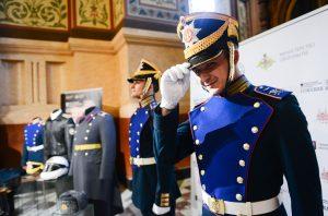 Сотрудники Музея военной формы впервые взвесили один из экспонатов учреждения. Фото: Наталья Феоктистова, «Вечерняя Москва»