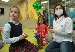 Сотрудница ГБУ «Центр» Алла Долматова (справа) помогает Анне Ивановой (слева) и Арине Потапенко выполнить задание. Фото предоставили в пресс-службе Центра